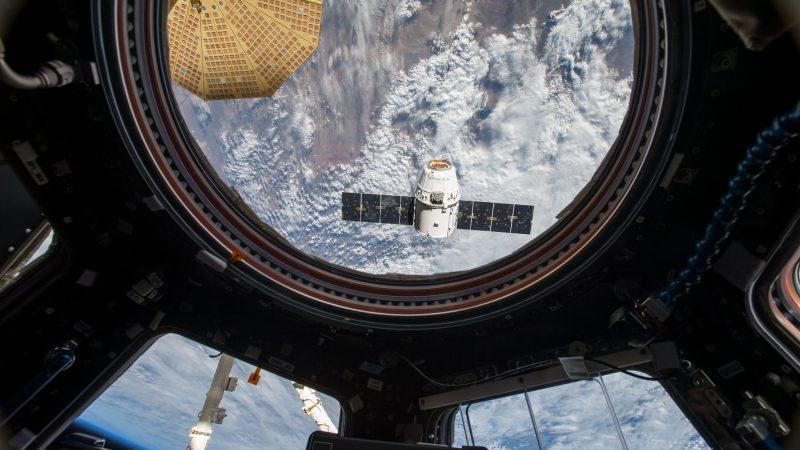 Statek Dragon odłączający się od Międzynarodowej Stacji Kosmicznej, źródło: Flickr/NASA Johnson (CC BY-NC 2.0)