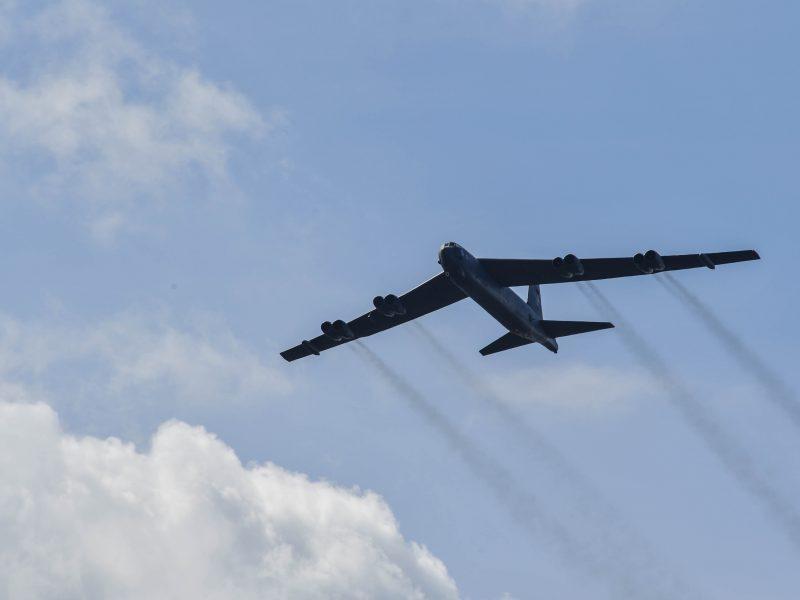 Bombowiec B-52 Stratofortress na Łotwie podczas ćwiczeń Saber Strike 17, czerwiec 2017 r. [Flickr, U.S. Army Europe, Public Domain]