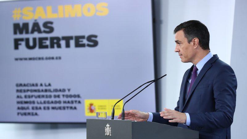 """""""Salimos más fuerte"""" - hiszpański rząd premiera Pedro Sancheza (na zdj.) przekonuje od maja br., że Hiszpania będzie """"silniejsza"""" po pandemii. Jednak wirus nadal rozprzestrzenia się w całym kraju, a coraz więcej rodziców planuje pozostawić dzieci w domach kosztem posyłania ich do szkół."""