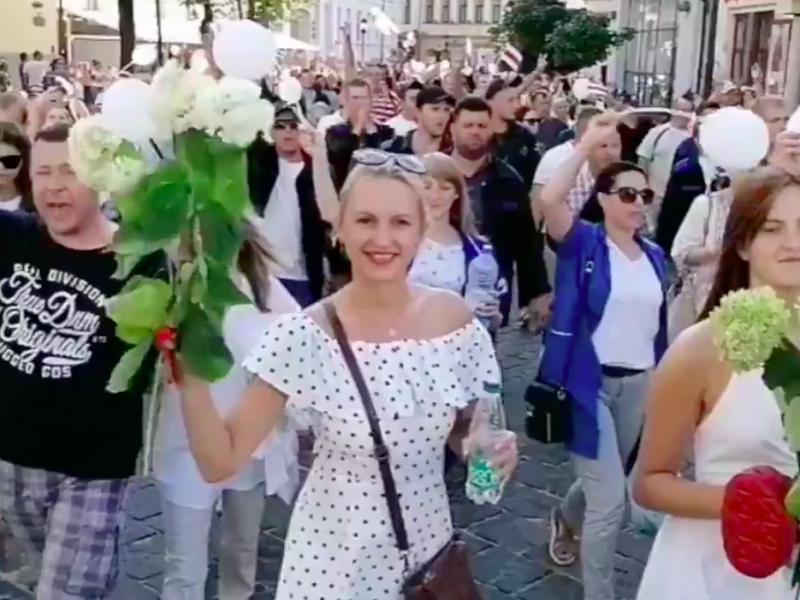 Białorusini idą na protest w centrum Mińska, żródło: Twitter/Franak Viačorka (@franakviacorka)
