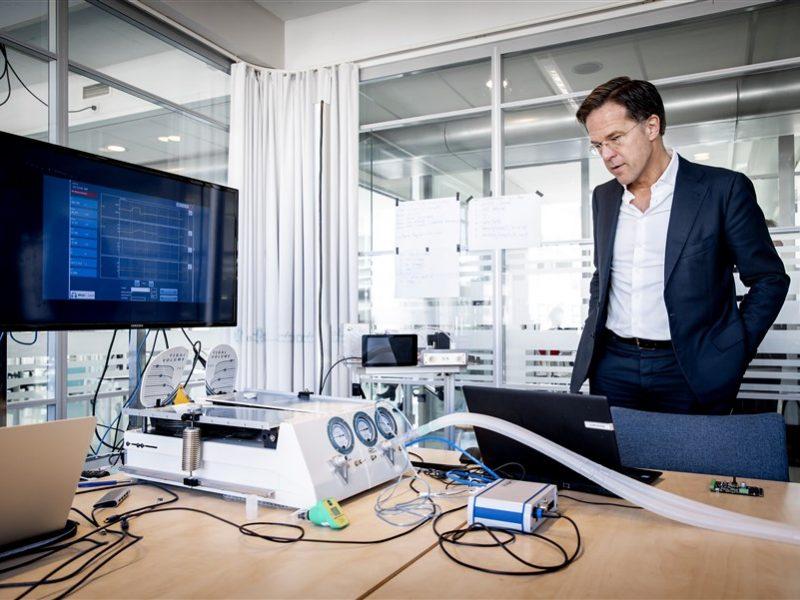 Premier Mark Rutte ogląda respiratory holenderskiej produkcji, które mają posłużyć na tamtejszych oddziałach intensywnej terapii podczas epidemii koronawirusa [Twitter, @MinPres]