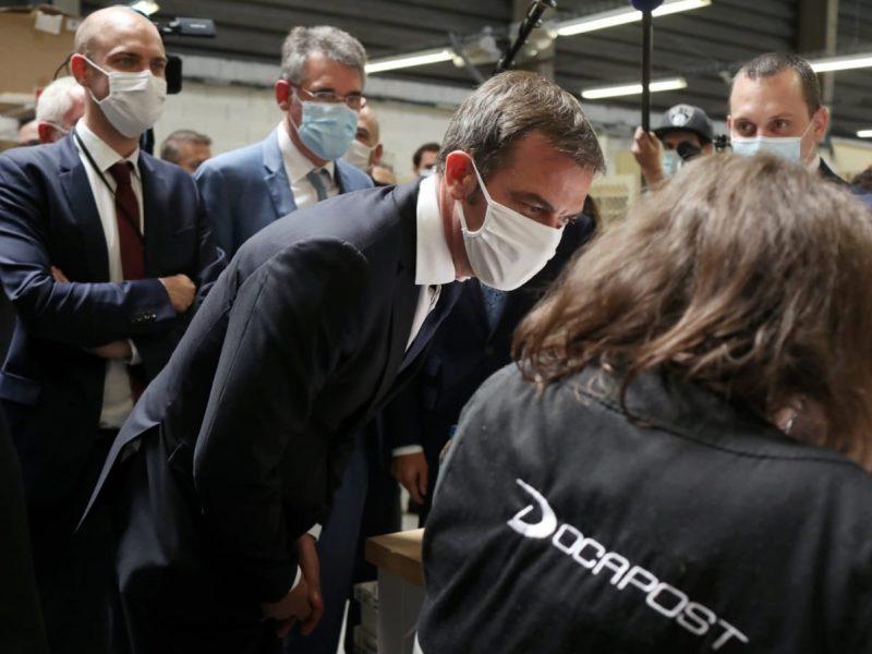 Francuski minister zdrowia Olivier Véran odwiedza firmę produkującą maseczki ochronne [Twitter, @olivierveran]