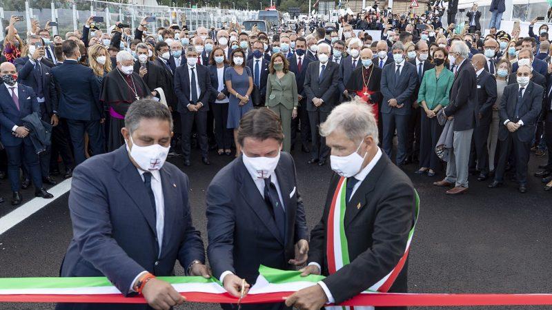 Premier Giuseppe Conte przecina wstęgę na ceremonii otwarcia mostu Świętego Jerzego w Genui [Twitter, @Quirinale]
