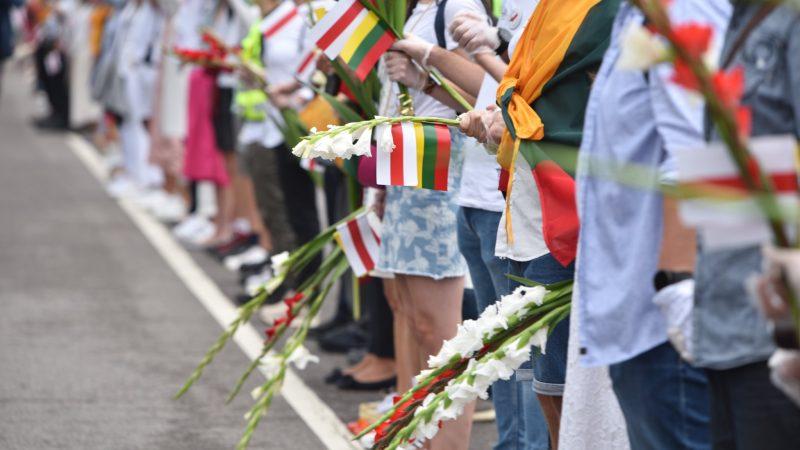 Litwini utworzyli w niedzielę (23 sierpnia) 32-kilometrowy żywy łańcuch solidarności od Wilna do granicy z Białorusią. W akcji wzięło udział ok. 50 tys. osób, w tym prezydent kraju Gitanas Nauseda.