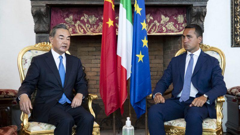 Ministrowie spraw zagranicznych Chin (Wang Yi) i Wloch (Luigi Di Maio) podczas spotkania w Rzymie, 25 sierpnia 2020 r. [Twitter, @ItalyMFA]