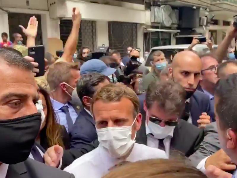 Emmanuel Macron podczas spotkania z mieszkańcami na ulicy Bejrutu, źródło: Twitter/@sommervilletv