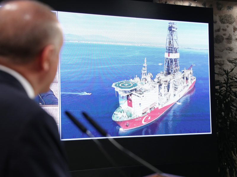 """Prezydent Turcji Recep Tayyip Erdoğan prezentuje informacje dotyczącą """"historycznego odkrycia"""" złóż gazu ziemnego na Morzu Czarnym."""