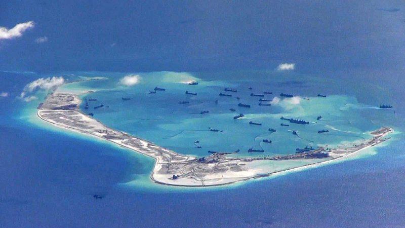 Jedna ze sztucznych wysp wybudowanych przez Chiny na Morzu Południowochińskim, źródło: Wikipedia/United States Navy (CC0 Public Domain)