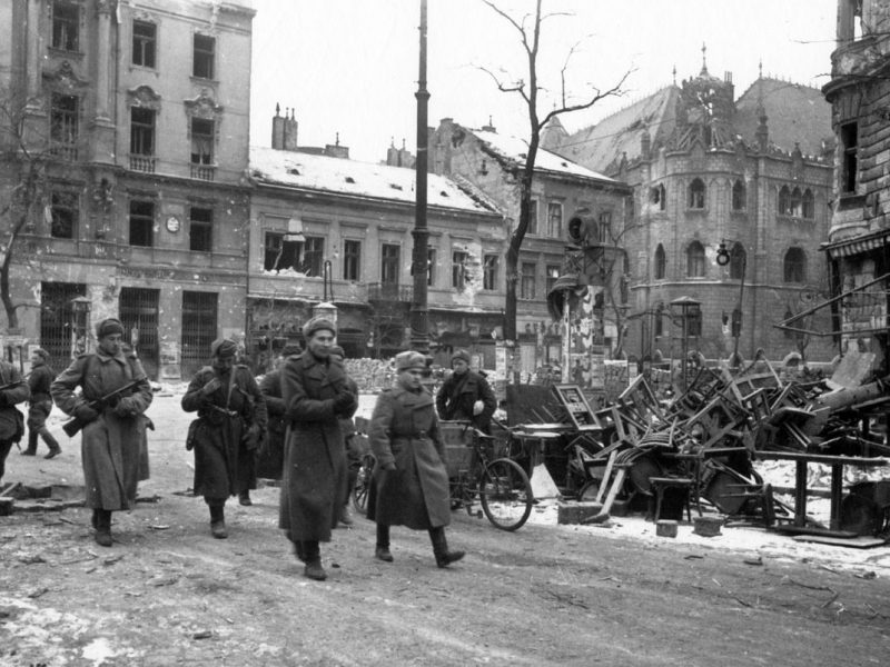 Żołnierze Armii Czerwonej w Budapeszcie, 1945 r. [Wikimedia Commons, Rlevente, CC BY-SA 3.0]