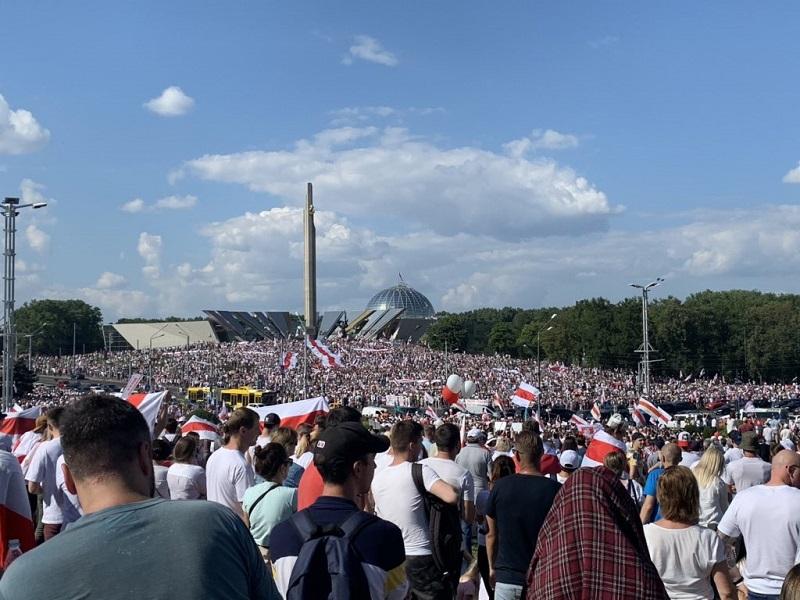 Wiec zwolenników przemian na Białorusi, Mińsk 16.08.20, źródło @shaunwalker7 za twitter Franak Viačorka