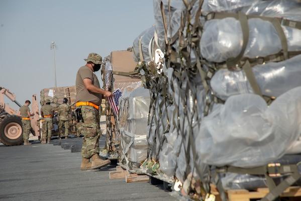 Zagraniczna pomoc humanitarna już trafia do Bejrutu, ale potrzeby wciąż są ogromne (U.S. Air Force Photo, fot. Staff Sgt. Heather Fejerang, CC0 Public Domain)