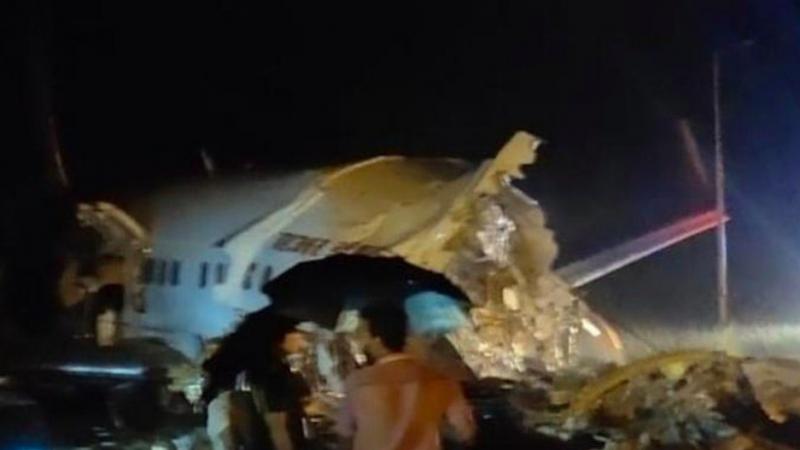 Pierwsze ujęcia przełamanego na pół samolotu na lotnisku w Kozhikode w indyjskim stanie Kerala, źródło: Twitter/Bagga Daku