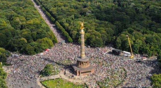 Tłum antymaseczkowych manifestantów pod Siegessäule w Berlinie, źródło: Twitter