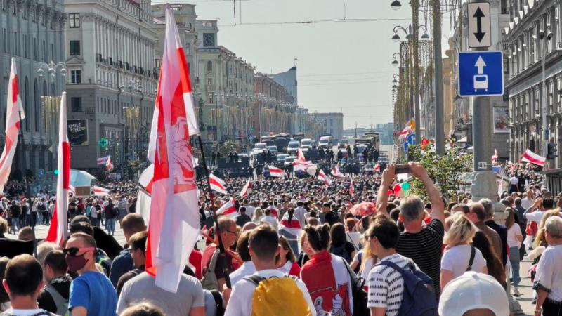 Opozycyjny protest w Mińsku, źródło: Twitter/Franak Viačorka (@franakviacorka)