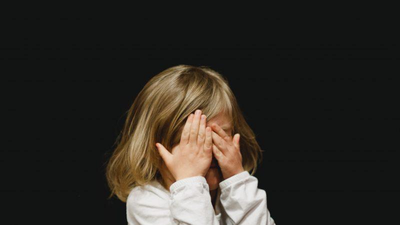 Dwa niezależne od siebie badania pokazują, że choćmałe dzieci rzadziej zakażająsię koronawirusem, to same mogą łatwiej zakażać innych niżdorośli (Photo by Caleb Woods on Unsplash)