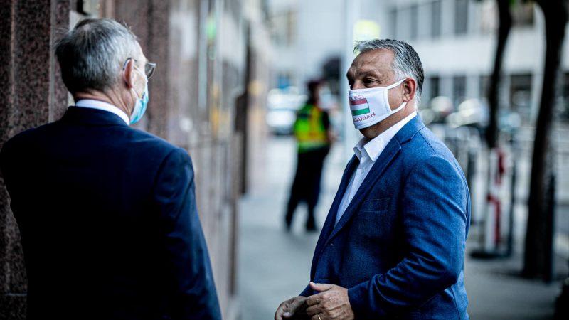 """Premier Węgier Viktor Orban (z prawej) w masce, na której widnieje zielono-biało-czerwona flaga Węgier oraz napis """"Coolest Hungarian"""" (ang. najfajniejszy Węgier). """"Otrzymałem ją od Węgrów w Stanach Zjednoczonych"""", powiedział polityk. / Foto via facebook @orbanviktor"""