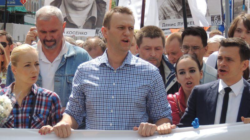 Aleksiej Nawalny (w środku) podczas jednej z antyputinowskich demonstracji w Moskwie. Z lewej jego żona Julia, a z prawej inny lider demokratycznej rosyjskiej opozycji Ilja Jaszyn, żródło: Wikipedia, fot. Bogomolov.PL (CC BY-SA 3.0)