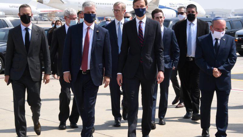 Delegacja amerykańska na czele z Jaredem Kushnerem i delegacja Izraela z narodowym doradcą bezpieczeństwa Izraela Meirem Benem Shabbatem po wylądowaniu izraelskiego samolotu w Abu Zabi. Był to pierwszy oficjalny lot pasażerski między Izraelem a ZEA [Twitter, @usembassyjlm]