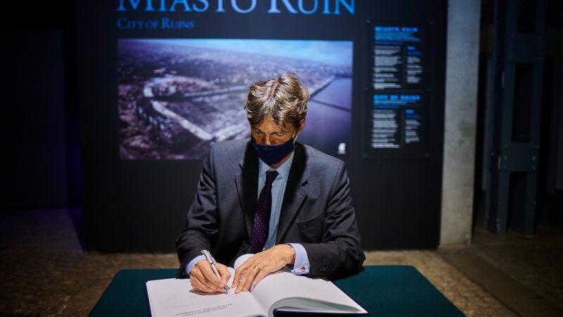 Nowy ambasador Niemiec w Polsce Arndt Freytag von Loringhoven podczas wizyty w Muzeum Powstania Warszawskiego, 3 września 2020 r.