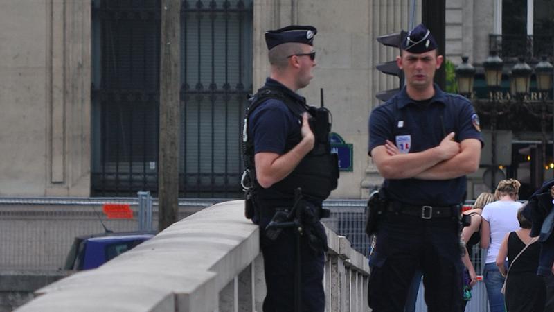 Francuscy policjanci patrolujący ulice Paryża, źródło: Flickr/copsadmirer@yahoo.es (CC BY-NC-ND 2.0)