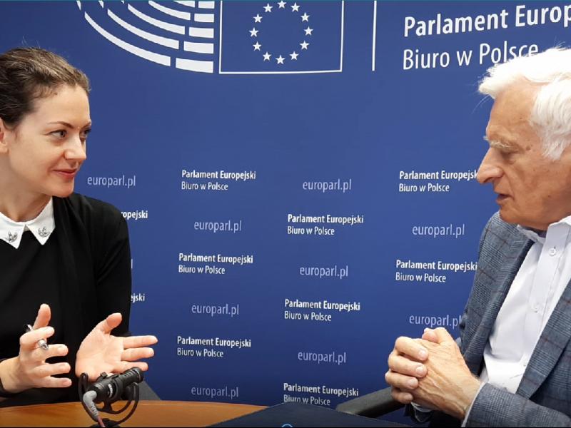Jerzy Buzek podczas wywiadu z Karoliną Zbytniewską EURACTIV.pl