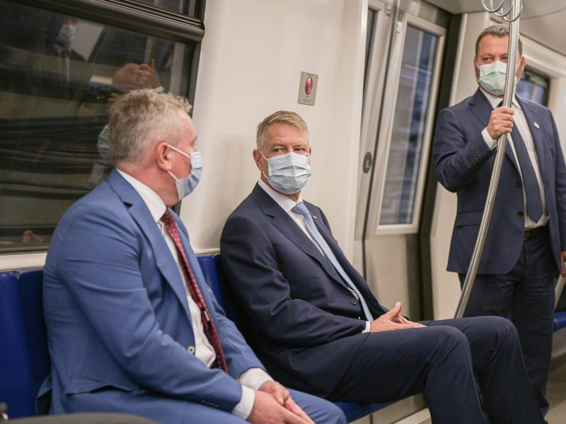 Prezydent Rumunii Klaus Iohannis (siedzi w środku) podczas inaugurującego przejazdu otwarcie 5. linii metra w Bukareszcie. / Foto via EURACTIV Romania
