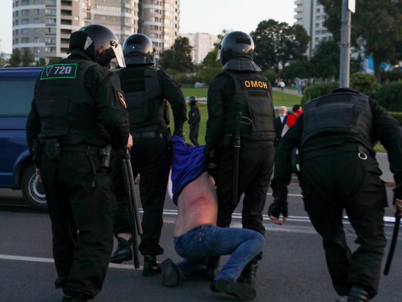 Milicja znów brutalnie rozpędza protesty uliczne w Mińsku, źródło: Twitter/Franak Viačorka (@franakviacorka)