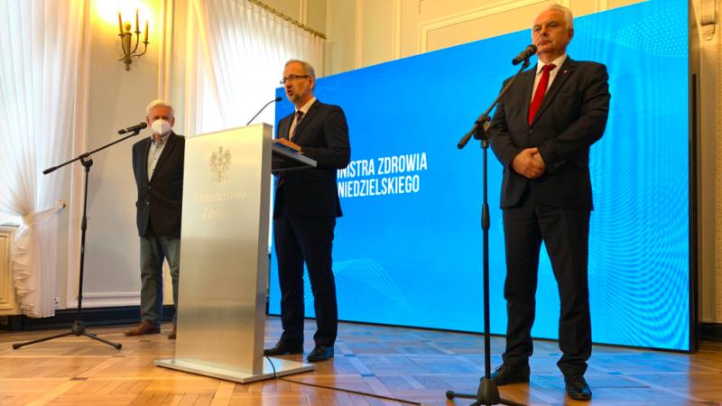 Minister zdrowia Adam Niedzielski (w środku) podczas dzisiejszej konferencji prasowej o nowych obostrzeniach epidemicznych w Polsce, źródło: Twitter/inisterstwo Zdrowia (@MZ_GOV_PL)