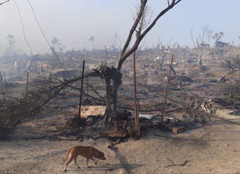 Pogorzelisko po spalonym obozie Moria na greckiej wyspie Lesbos, źródło: Twitter/Giorgos Christides (@g_christides)