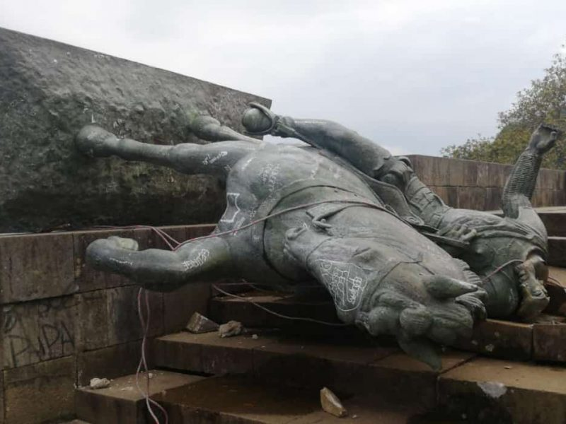 Obalony pomnik Sebastiána de Belalcázara, źródło: Twitter/Franco Pues (@Francopuess)