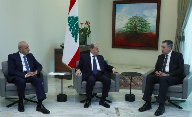 Przewodniczący parlamentu Nabih Berri (szyita), prezydent Michel Aoun (chrześcijanin) i niedoszły premier Mustafa Adib (sunnita), źródło: Kancelaria Prezydenta Libanu (www.presidency.gov.lb), CC BY-SA 4.0