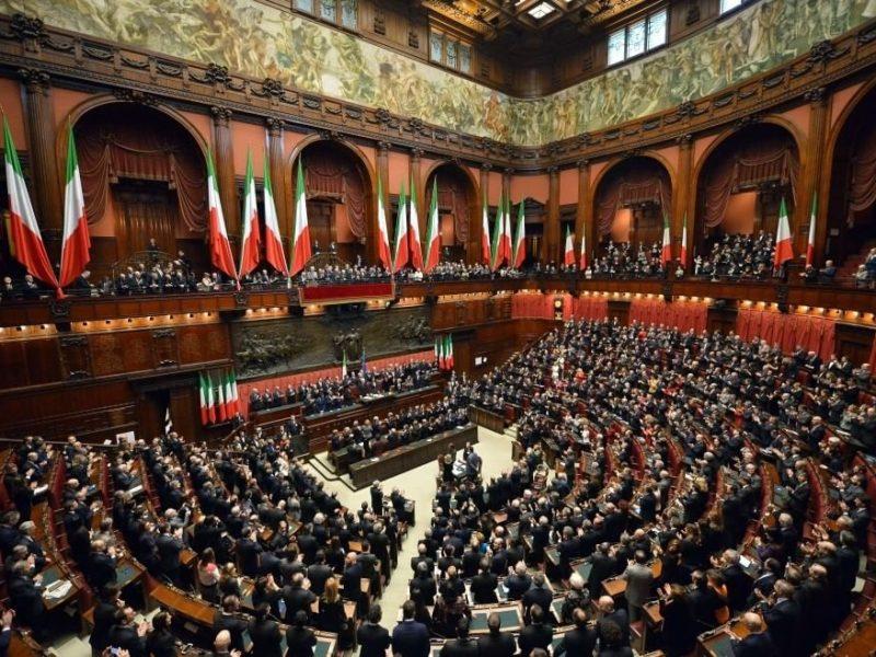 Sala posiedzeń plenarnych Izby Deputowanych Włoch, źródło: Wikipedia/Presidenza della Repubblica (CC BY 4.0)