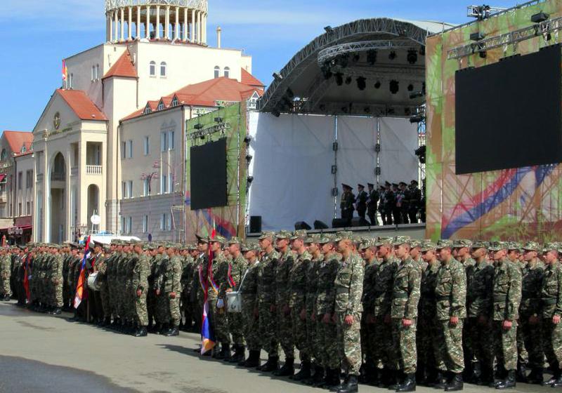Siły samoobrony Górskiego Karabachu w stolicy tej samozwańczej republiki - Stepanakercie, źródło: Flickr, fot. David Stanley (CC BY 2.0)