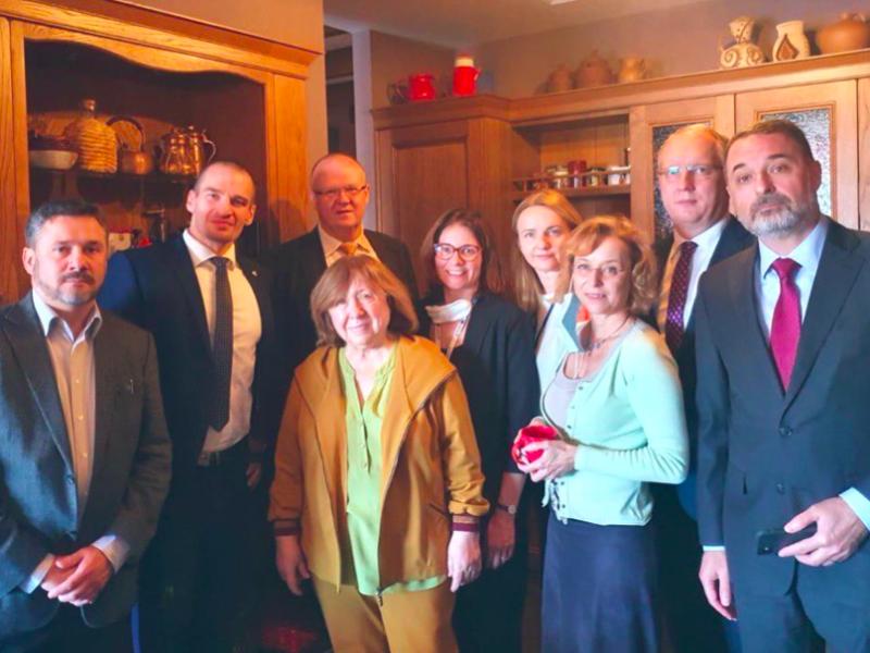 Zachodni dyplomaci w domu Swietłany Aleksijewicz w Mińsku, źródło: Twitter/Ann Linde (@AnnLinde)