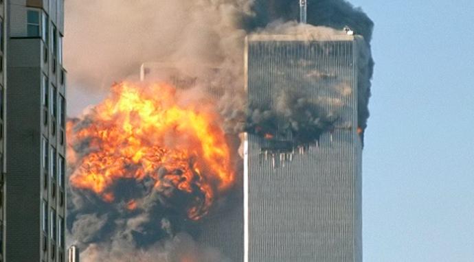 Moment uderzenia samolotu w drugą z wież WTC w Nowym Jorku 11 września 2001 r., źródło: Wikipedia, fot. Robert (CC BY-SA 2.0)