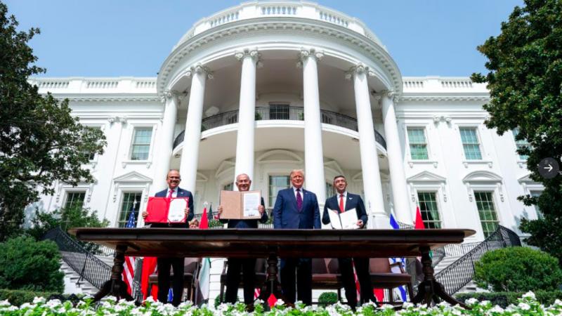 Przedstawiciele Bahrajnu, Izraela, USA i ZEA po podpisaniu w ogrodzie Białego Domu porozumień, źródło: Twitter/The White House (@whitehouse)