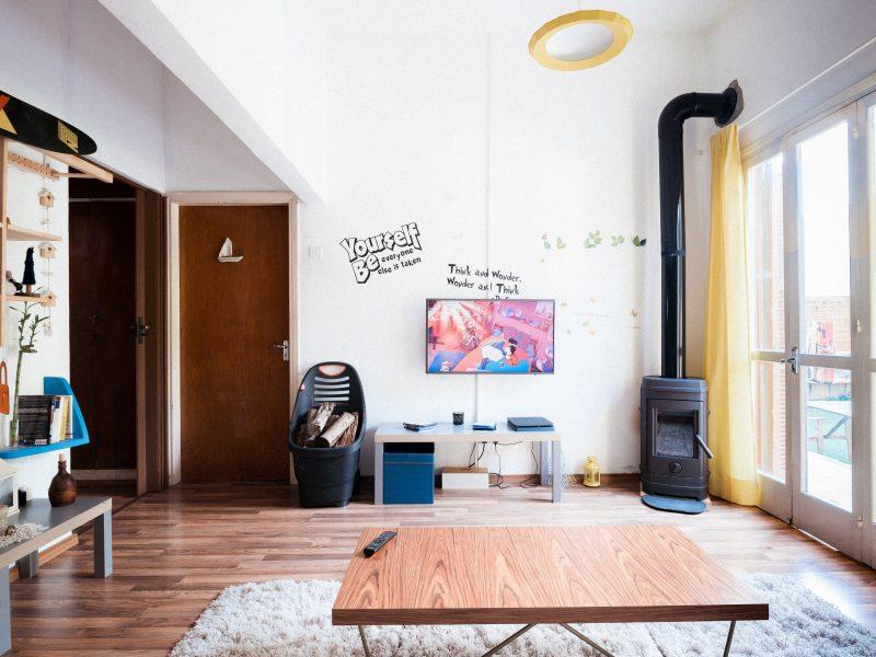 TSUE orzekł, że miasta w UE mająprawo regulować krótkoterminowy wynajem mieszkań, o ile negatywnie wpływa to na ich dostępnośćdla chcących wynająć długoterminowo (Photo by Filios Sazeides on Unsplash)