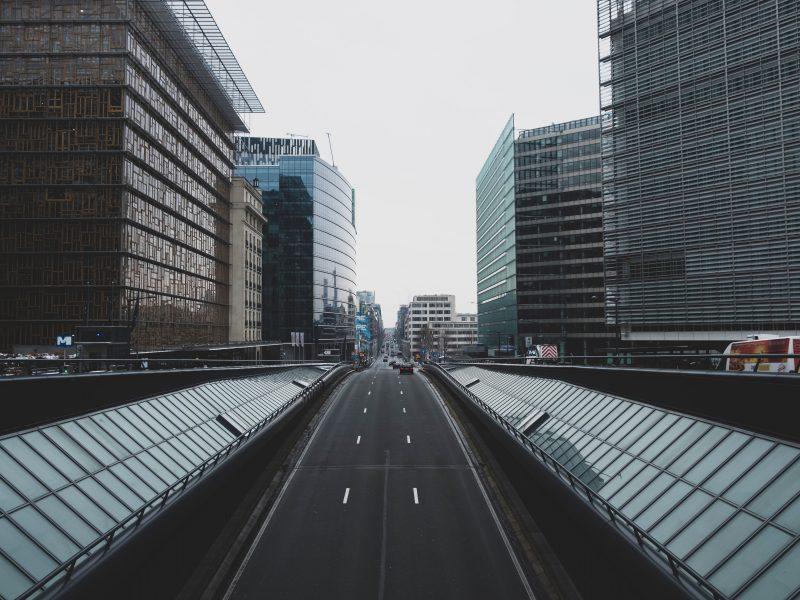 """""""Dzielnica Europejska"""" w Brukseli, z lewej budynek Rady Europejskiej, z prawej - Komisji Europejskiej (Photo by Giannis Skarlatos on Unsplash)"""