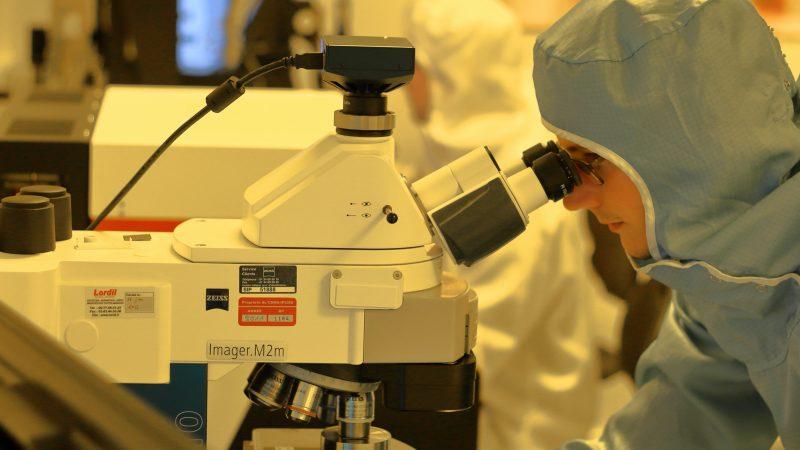 Tzw. szczepionka oksfordzka znajduje się obecnie w trzeciej fazie testów. To faza badań klinicznych. Będzie ona rozstrzygająca dla przyszłości specyfiku. / Foto via unsplash