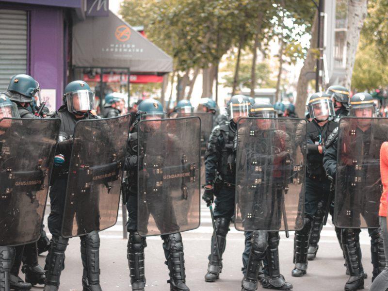 Ze wstępnych informacji francuskiej policji 4 osoby zostały ranne po ataku nożownika, fot. Mat Reding [Unsplash]
