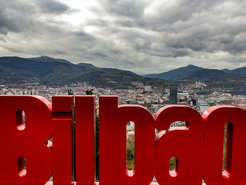W Bilbao obowiązuje na terenie całego miasta ograniczenie prędkości na ulicach do 30 km/h (Photo by Neil Martin on Unsplash)