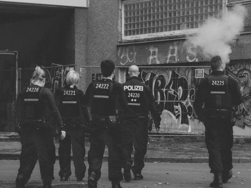 Ponad 200 funkcjonariuszy policji w Nadrenii Północnej-Westfalii wzięło udział w akcji przeciwko kolegom z formacji, którzy są podejrzewani o szerzenie prawicowo- ekstremistycznych treści