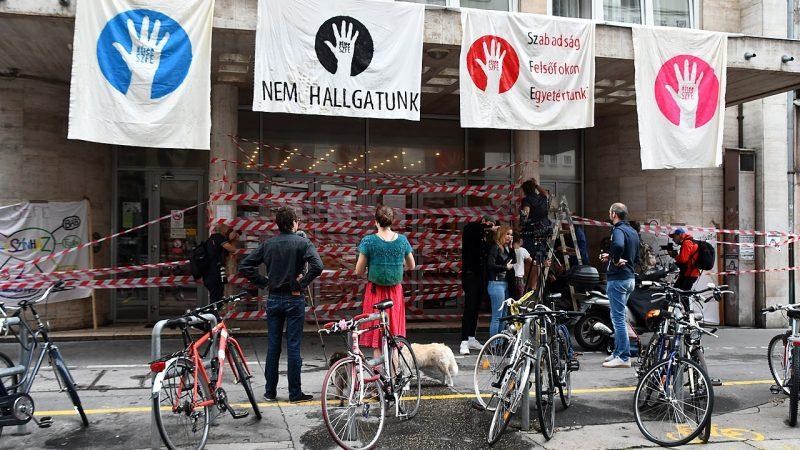 Protesty przed Akademią Dramatu i Filmu w Budapeszcie