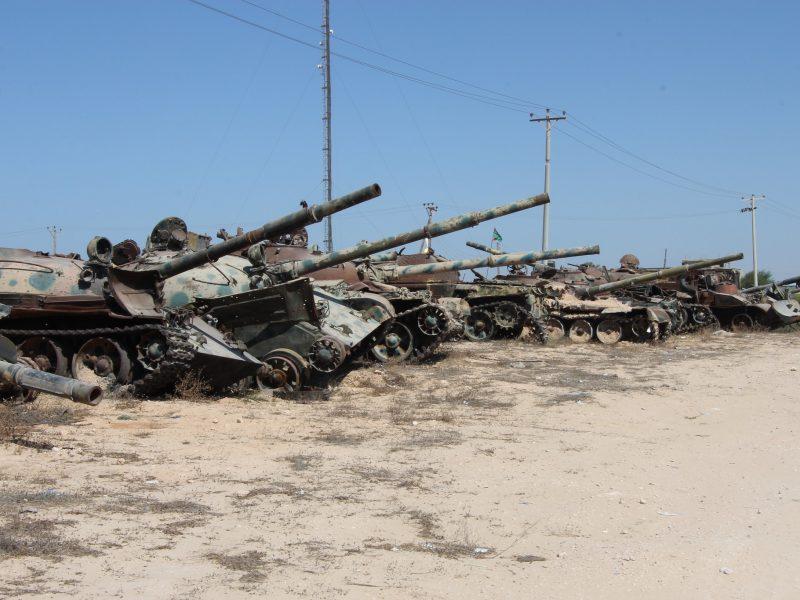 Zniszczone czołgi na przedmieściach Misraty w Libii, źródło: Flickr, fot. Joe Pyrek (CC BY-SA 2.0)