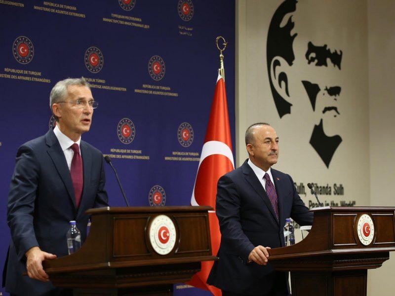 Sekretarz generalny NATO Jens Stoltenberg i minister spraw zagranicznych Turcji Mevlüt Çavuşoğlu
