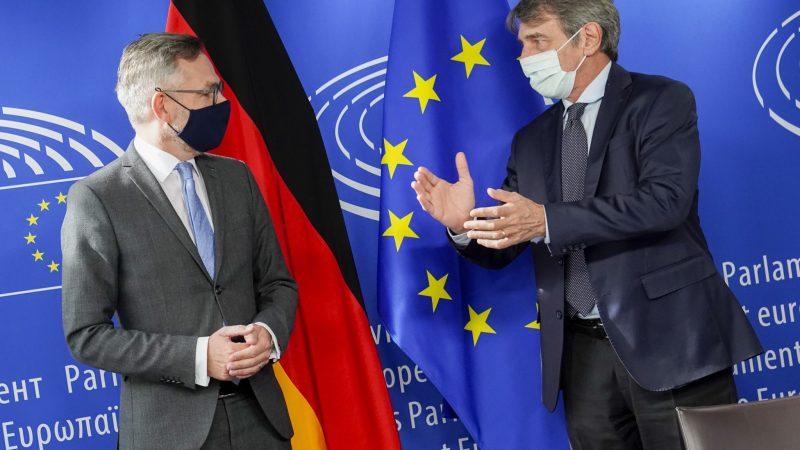 Niemiecki minister ds. europejskich Michael Roth i przewodniczący PE David Sassoli