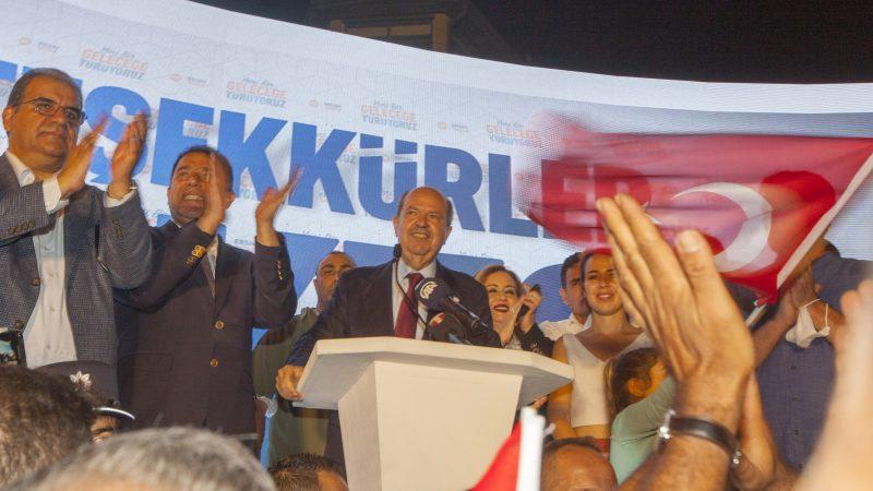 Kandydat na prezydenta Turków cypryjskich Ersin Tatar (C) świętuje zwycięstwo w drugiej turze wyborów prezydenckich w administrowanej przez Turcję północnej części podzielonej stolicy Nikozja, Cypr, 18 października 2020 r. [Bilge Bebek / EPA / EFE