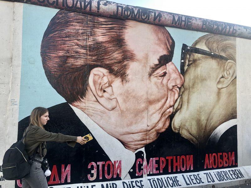 """""""The Kiss"""" - Pocałunek I sekretarza KPZR Leonid Breżniew z przywódcą NRD Erichem Honeckerem. Najsłynniejszy obraz graffiti na murze berlińskim. Fot. Karolina Zbytniewska EURACTIV.pl"""