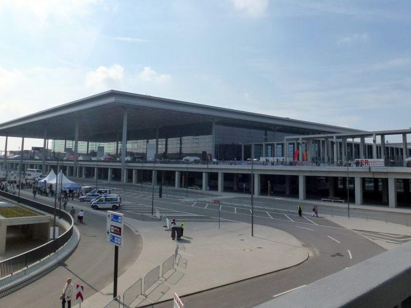 Lotnisko Berlin-Brandenburg po 9 latach opóźnienia wreszcie zostało otwarte, źródło: Wikipedia, fot. Fridolin freudenfett (Peter Kuley), CC BY-SA 3.0
