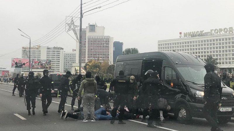 OMON w czasie dziewiątego, niedzielnego protestu w Mińsku, źródło twitter Franak Viačorka